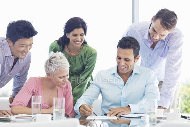Pessoas de negócios, falando em reunião no escritório moderno — Fotografia de Stock