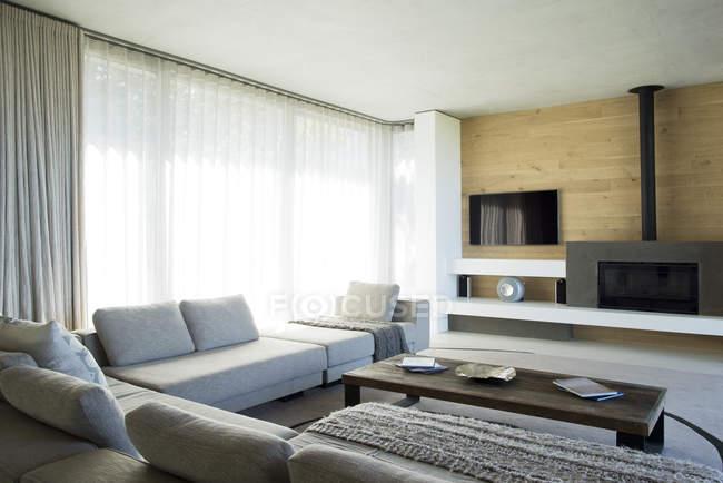 Диваны и таблицы в современной гостиной — стоковое фото