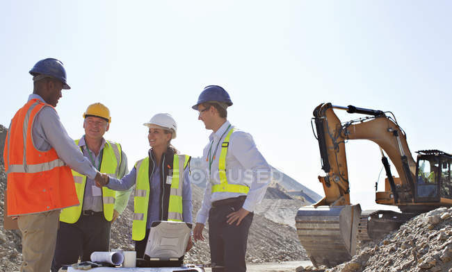 Geschäftsleute Händeschütteln im Steinbruch — Stockfoto