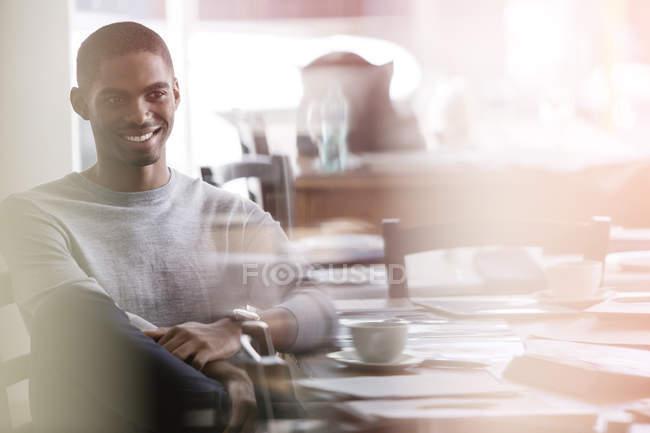 Мужчина сидит в кафе в помещении — стоковое фото
