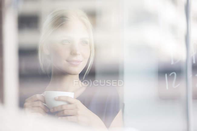 Donna che beve caffè in casa — Foto stock