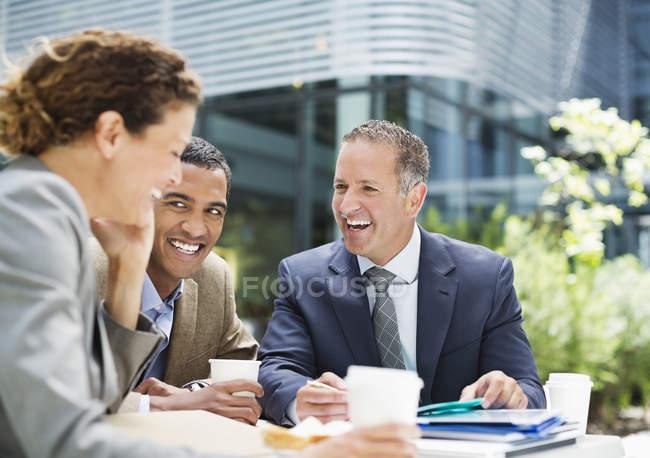 Uomini d'affari che parlano all'aperto — Foto stock