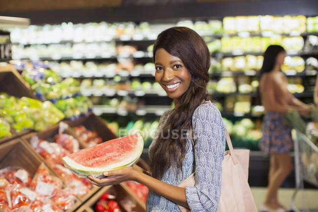 Woman shopping in produce section of grocery store — Stock Photo