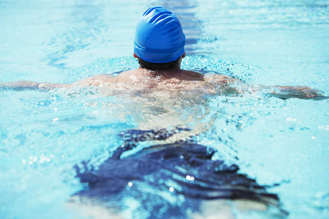 Nadador boiando na piscina — Fotografia de Stock