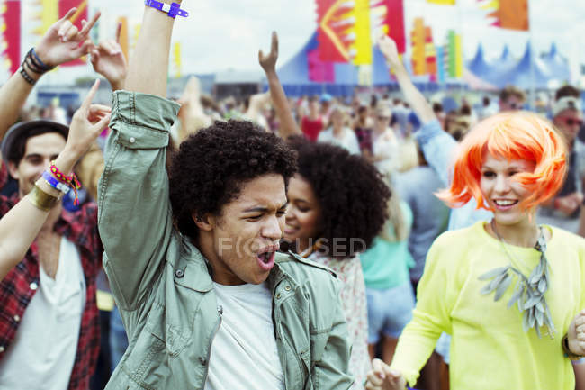 Друзья, танцы и восхищаться на фестивале музыки — стоковое фото