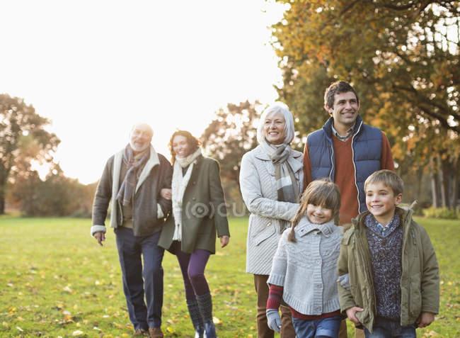 Щаслива родина, що ходить разом у парку. — стокове фото