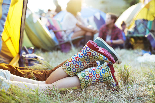 Couples legs sticking out of tent at music festival — Stock Photo