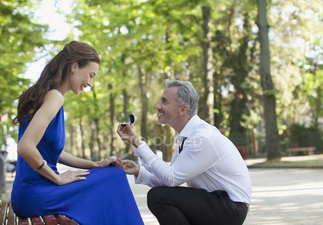 Людина з Обручка запропонували подругою в парку — стокове фото