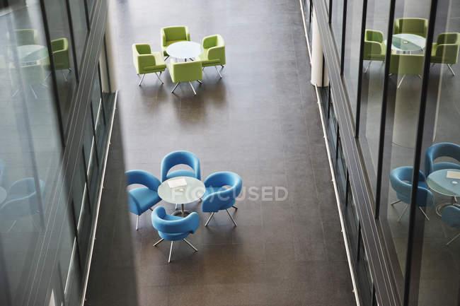 Стулья и столы в офисном холле — стоковое фото