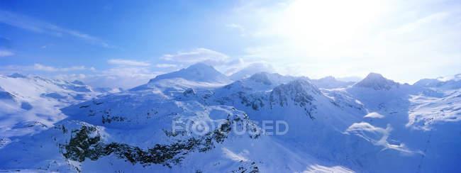 Blick auf schneebedecktes Gebirge — Stockfoto