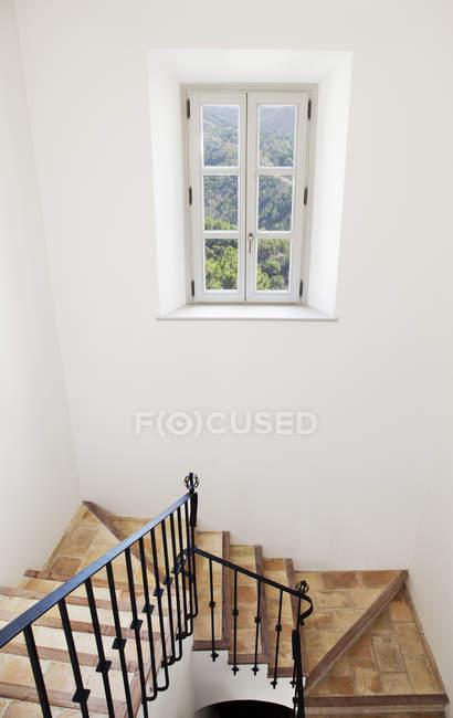 Лестница из роскошного дома в помещении — стоковое фото