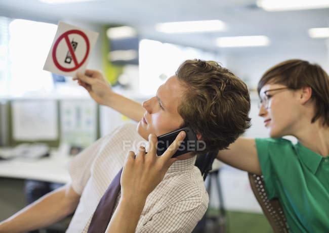 Empresária mostrando nada de celular Cadastre-se para o colega — Fotografia de Stock