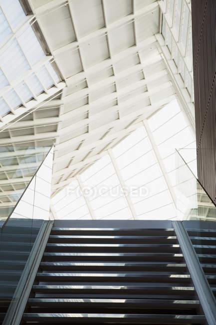 Teto e escadaria de escritório moderno — Fotografia de Stock