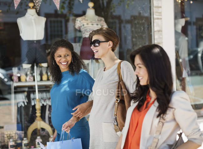 Women shopping together on city street — Stock Photo