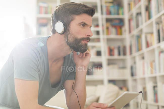 Mann hört Musik im Wohnzimmer — Stockfoto