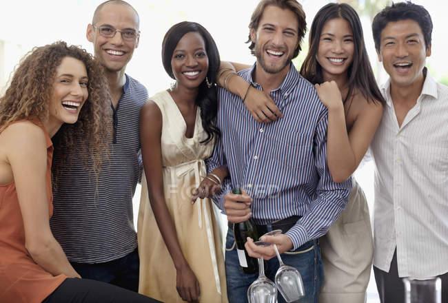 Jovens amigos atraentes sorrir juntos em festa — Fotografia de Stock