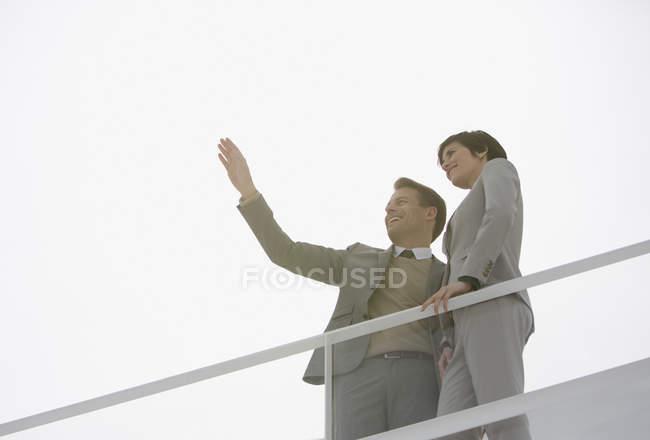 Sonne scheint hinter gestikulierender Geschäftsfrau — Stockfoto