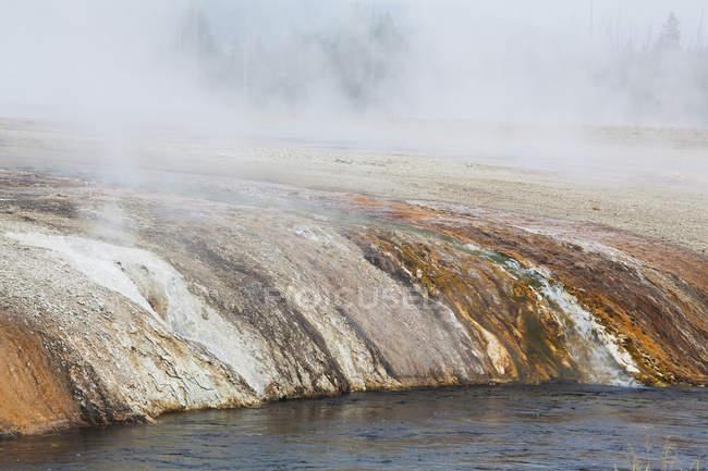 Скальные образования в песок бассейна — стоковое фото