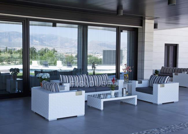 Sofá e cadeiras no pátio de luxo — Fotografia de Stock