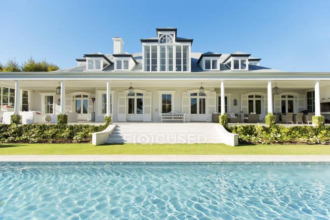 Esterno casa di lusso e piscina — Foto stock