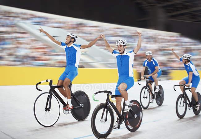 Seguimiento del equipo celebrando en el Velódromo - foto de stock