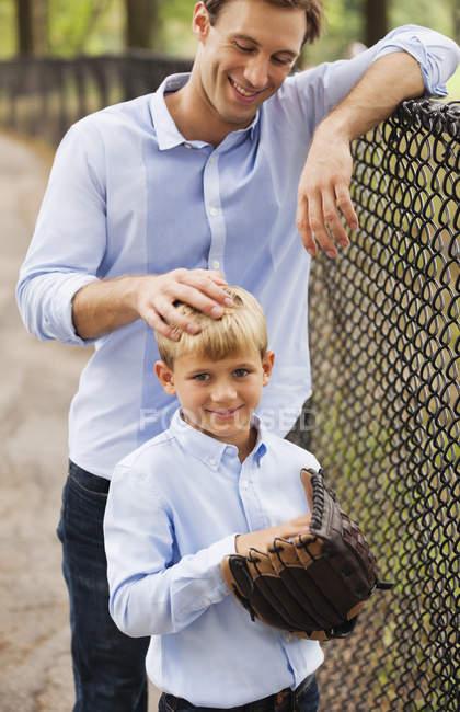 Padre e hijo en el campo de béisbol - foto de stock