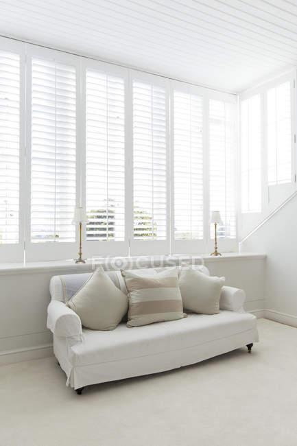 Divano in soggiorno bianco durante il giorno — Foto stock