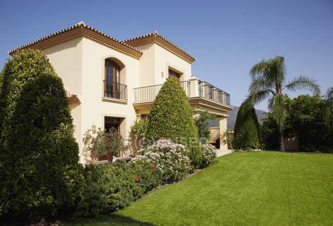 Villa spagnola fuori durante il giorno — Foto stock