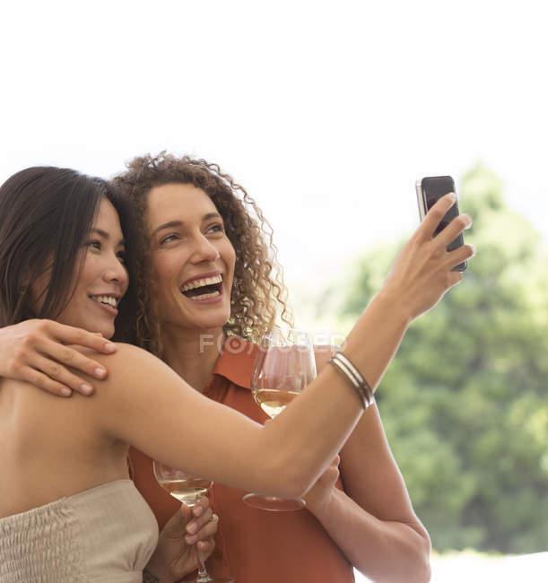 Молодий привабливою друзів фотографувати разом на відкритому повітрі — стокове фото