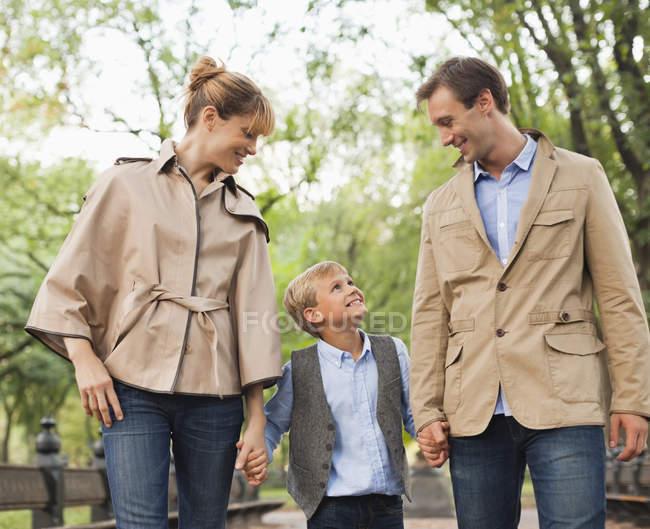 Família caminhando juntos no parque — Fotografia de Stock