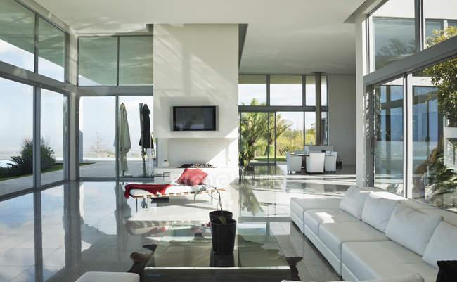 Sofás e televisão na moderna sala de estar — Fotografia de Stock