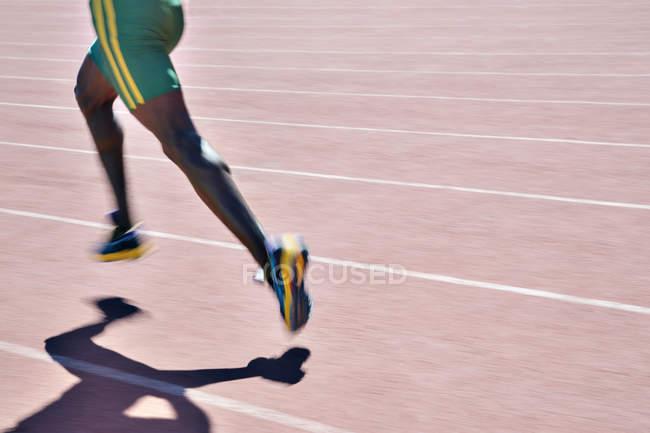 Mann laufen, Rennen auf dem richtigen Weg — Stockfoto