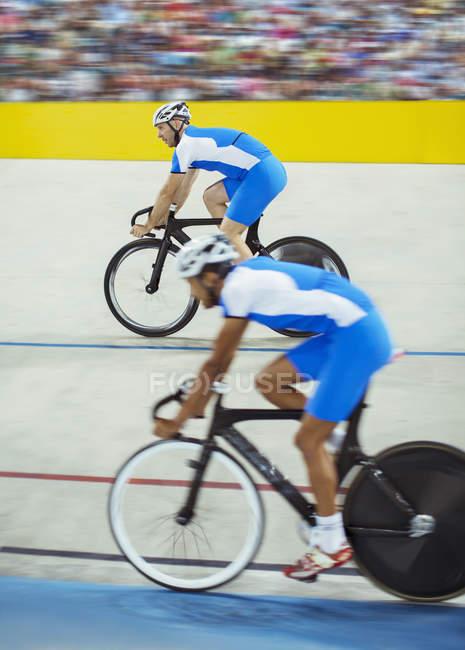 Трек велосипедистів їзда в велодром — стокове фото