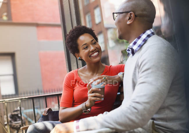 Couple parlant dans la rue de la ville — Photo de stock