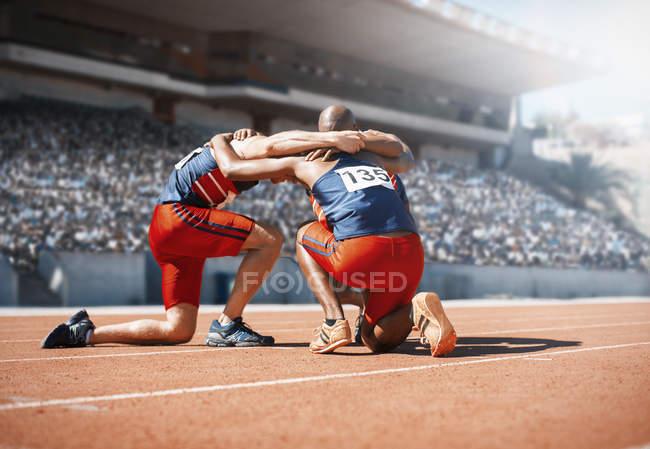 Läufer, zusammengekauert und kniend auf dem richtigen Weg — Stockfoto