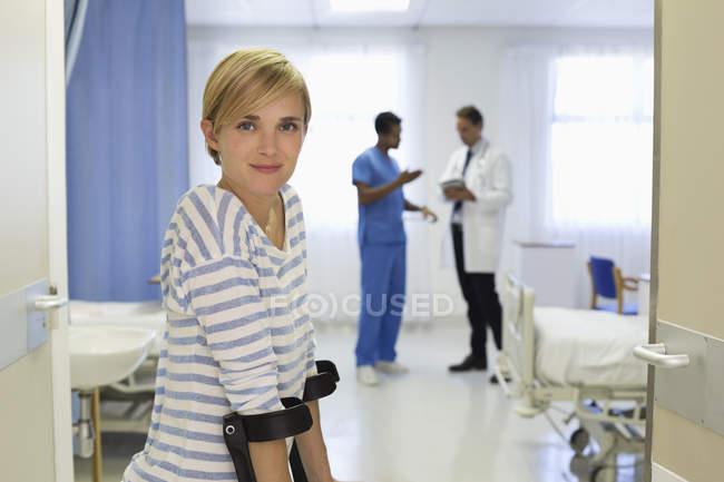 Paciente usando muletas no quarto do hospital — Fotografia de Stock