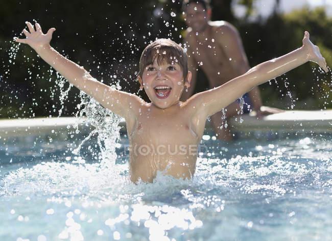 Fröhlicher Junge im Pool spielen — Stockfoto