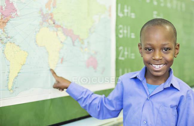 Афро-американських студентів, використовуючи мапу світу у класі — стокове фото