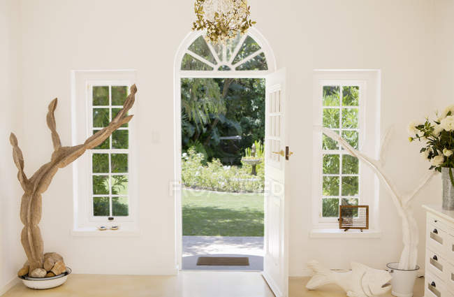Відкрити вхідні двері сучасний будинок — стокове фото