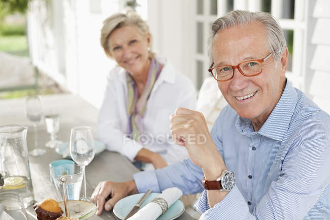 Coppia sorridente a tavola insieme — Foto stock