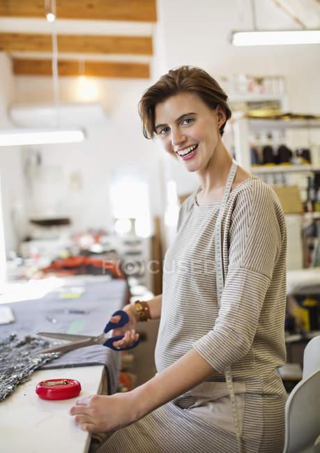 Corte de tecido costureira em estúdio — Fotografia de Stock