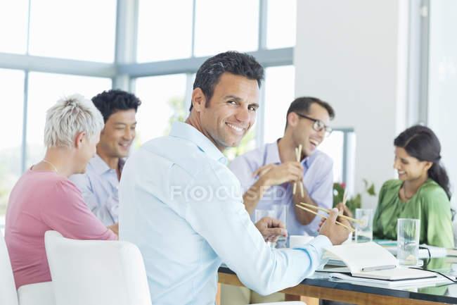 Бізнесмен всміхається на обід зустріч на сучасні офісні — стокове фото