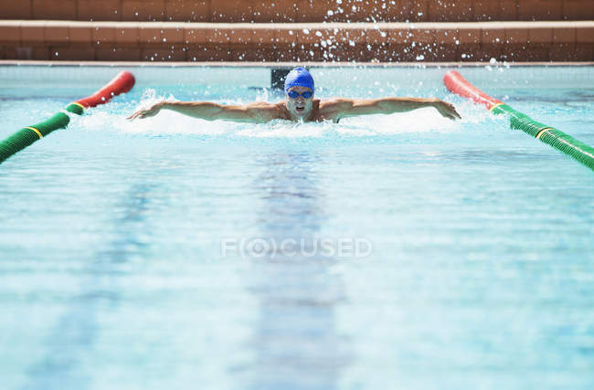 Пловцы бегают в бассейне — стоковое фото