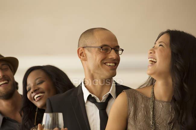 Jovens atraentes amigos rindo na festa — Fotografia de Stock