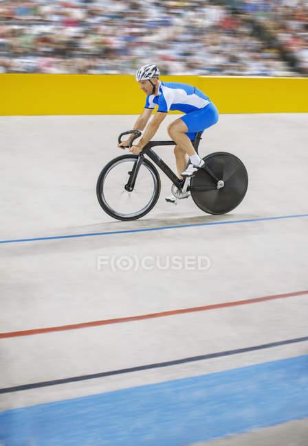 Велосипедист на велодроме — стоковое фото