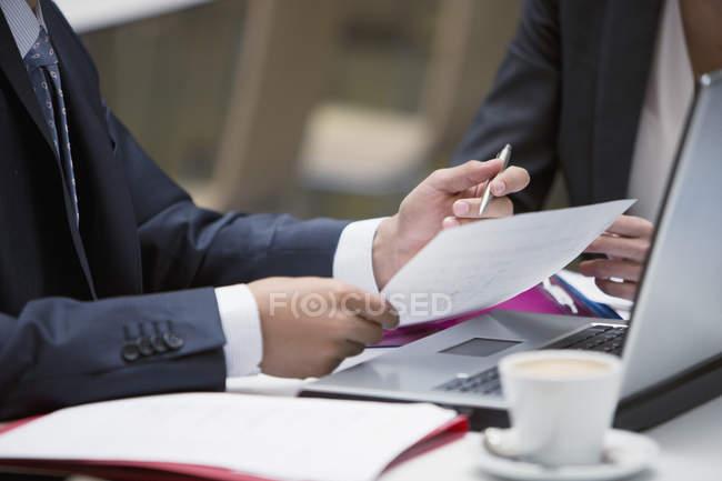Cerca de la gente de negocios, revisión de documentación en el café - foto de stock