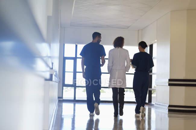 Le personnel de l'hôpital parle dans le couloir moderne — Photo de stock