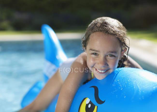 Brinquedo inflável garota na piscina — Fotografia de Stock