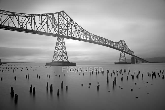 Puente Astoria sobre el agua con postes en Oregon - foto de stock