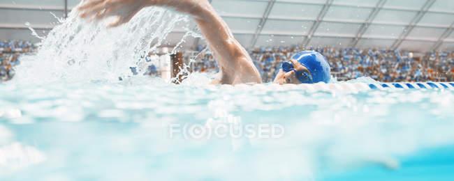Course de nageurs dans l'eau de piscine — Photo de stock
